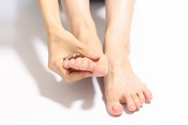足を抑える人の写真